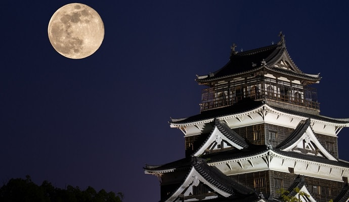 月と日本の城