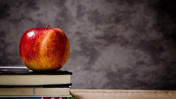 本の上に乗ったリンゴ
